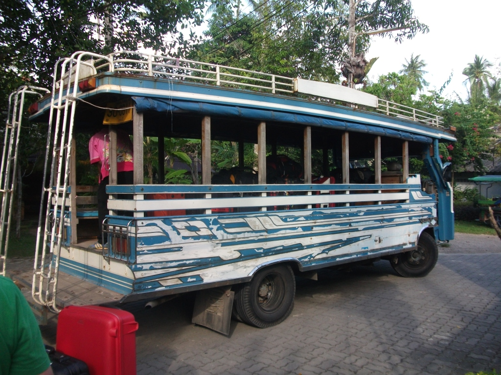 """Bus in Lackierung """"Stonewashed Blue"""""""