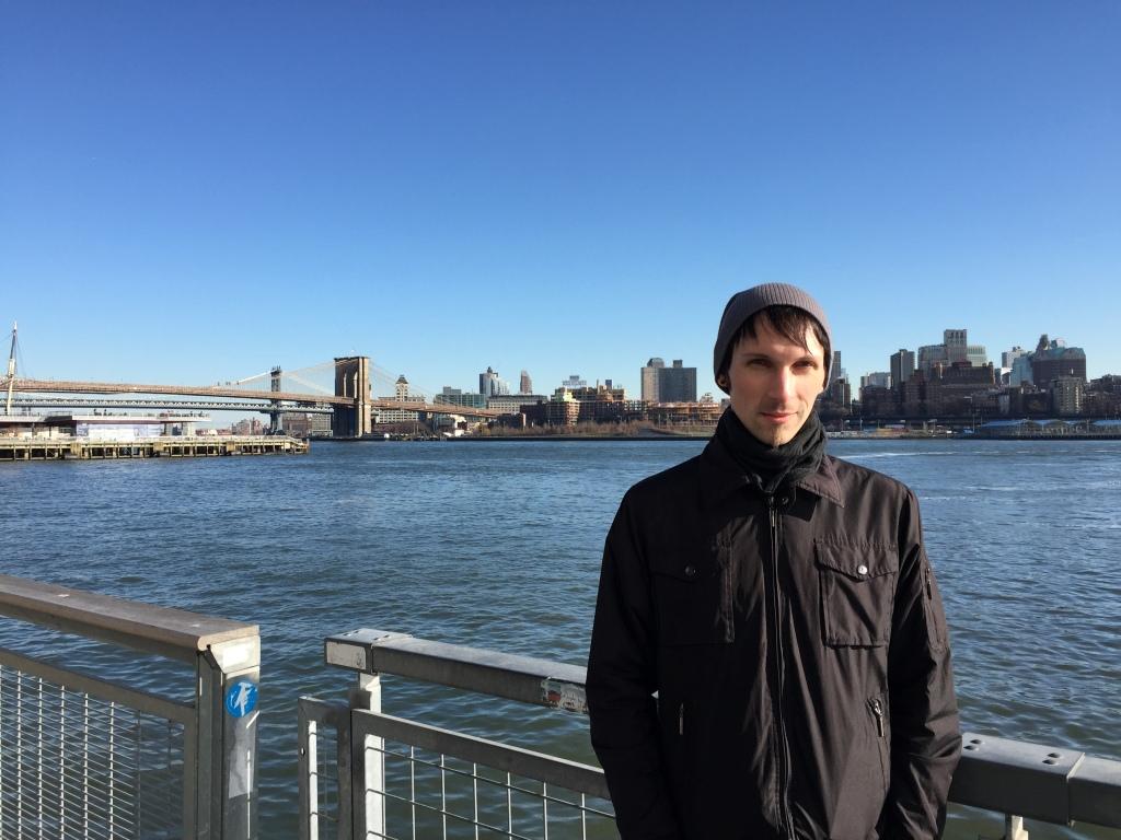 Ablaz am Ufer der Brooklyn Bridge