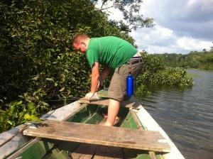 Martin befestigt unser Boot an unserem ersten Angelspot