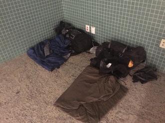 Provisorischer Schlafplatz am Flughafen